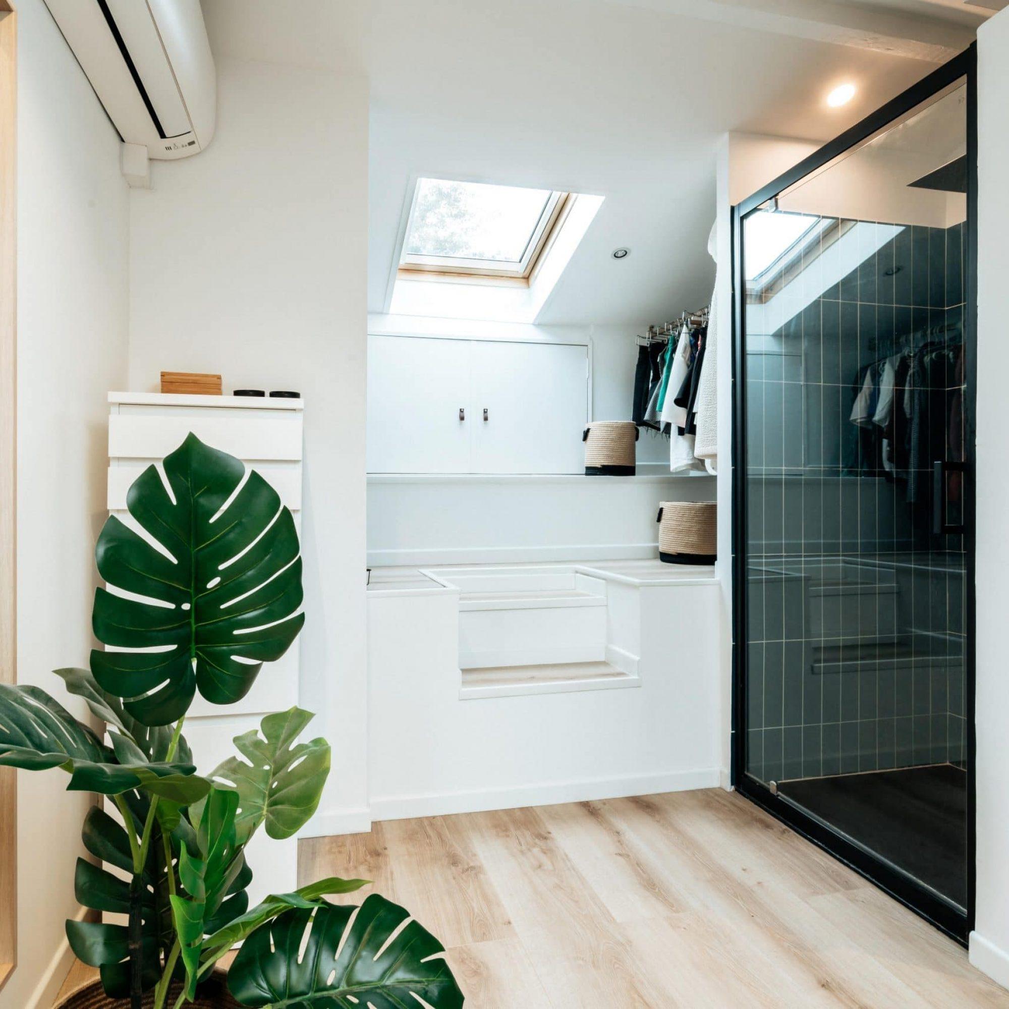 sousletoit-renovation-jeremydugas-architecte-interieur-decoration-travaux-aménagement-montpellier-herault-papier-peint-jungle-wood-salledebain